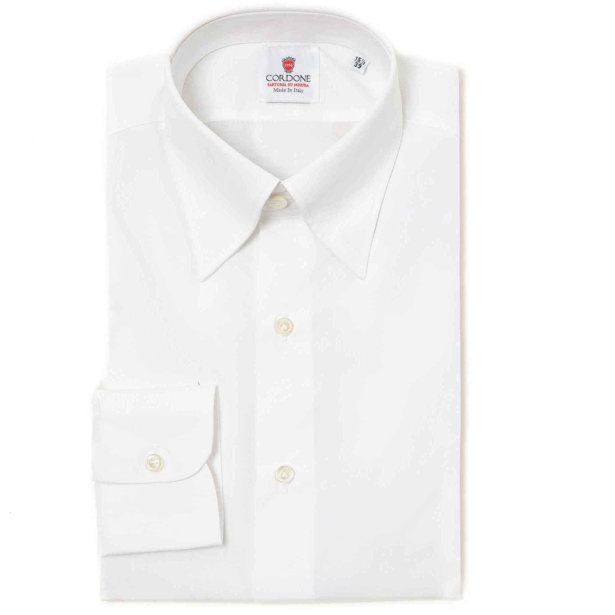 Camisa lisa blanca con botón oculto