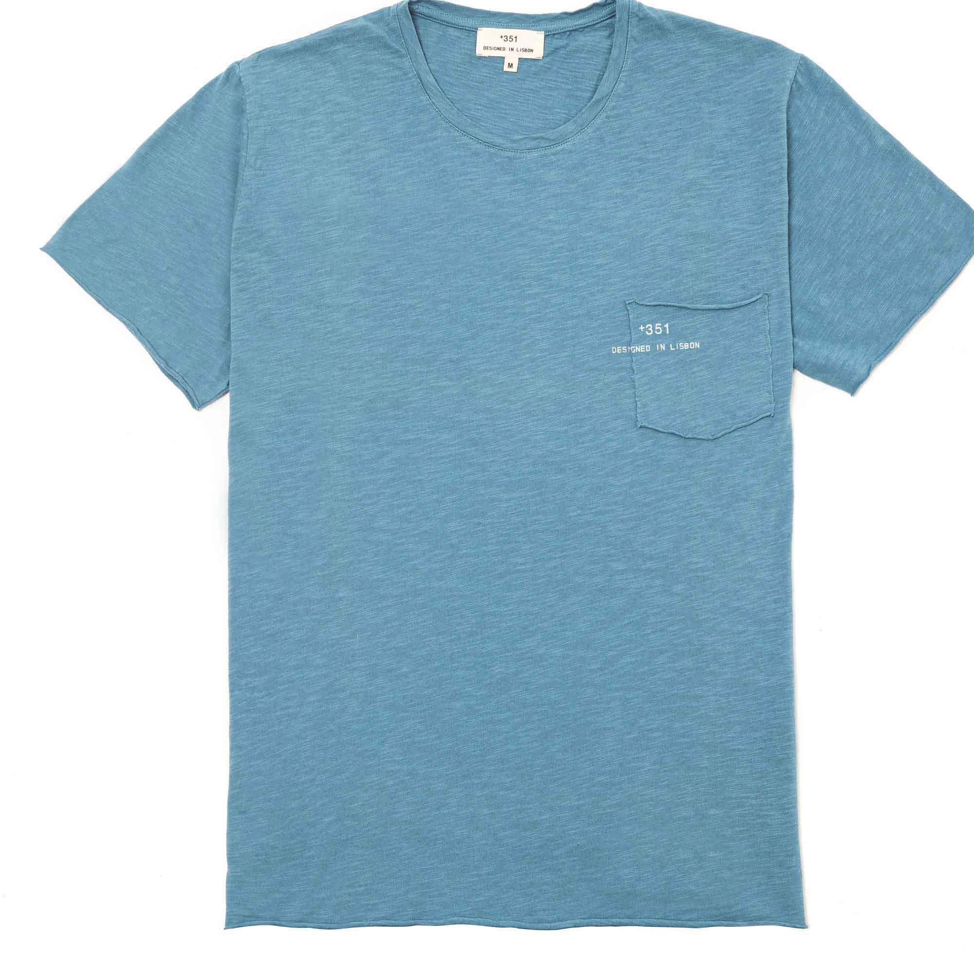 T-shirt manga corta azul denim con bolsa y logo impreso en la bolsa