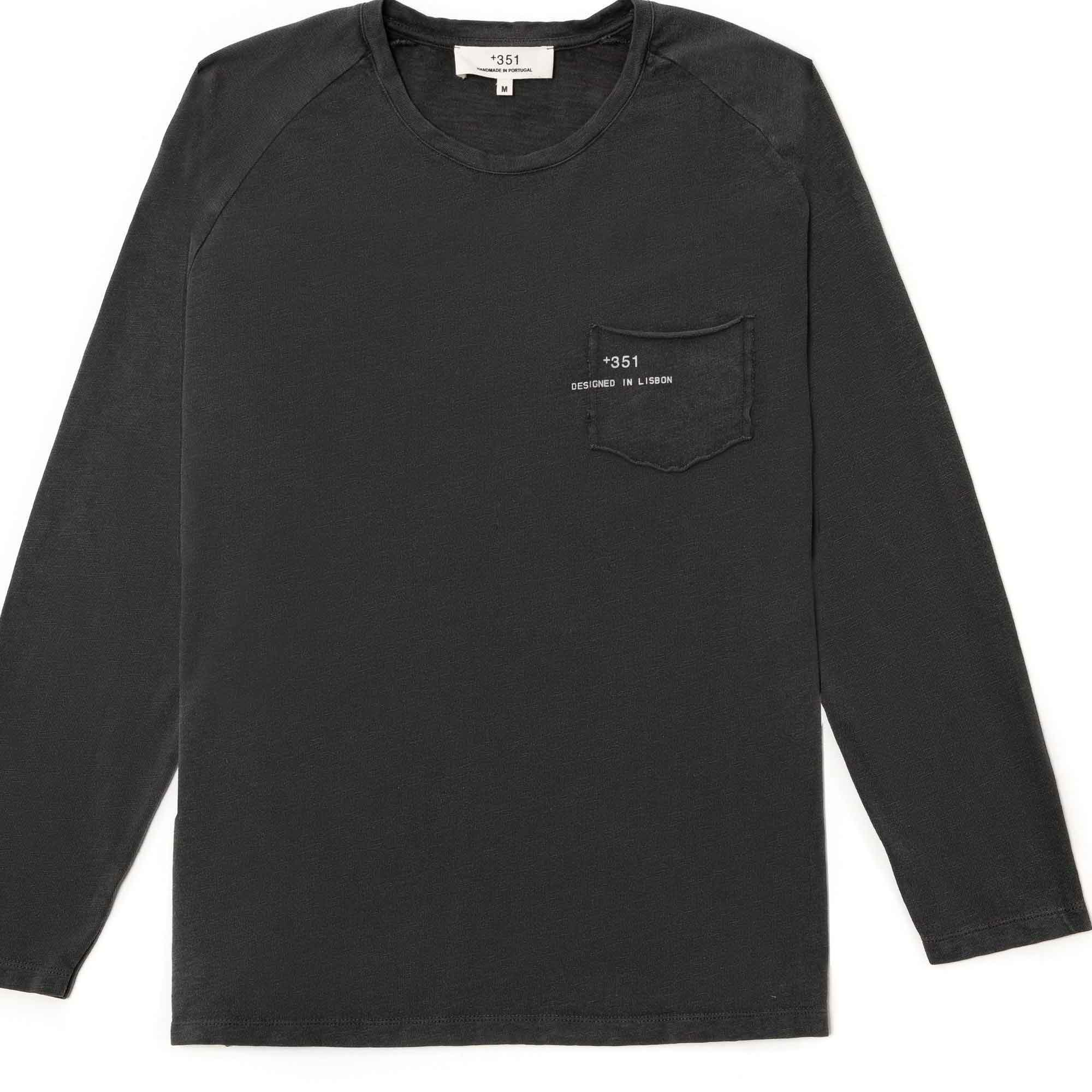 T-shirt manga larga negra con bolsa y logo impreso en la bolsa