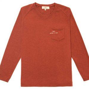 T-shirt manga larga marrón con bolsa y logo impreso en la bolsa