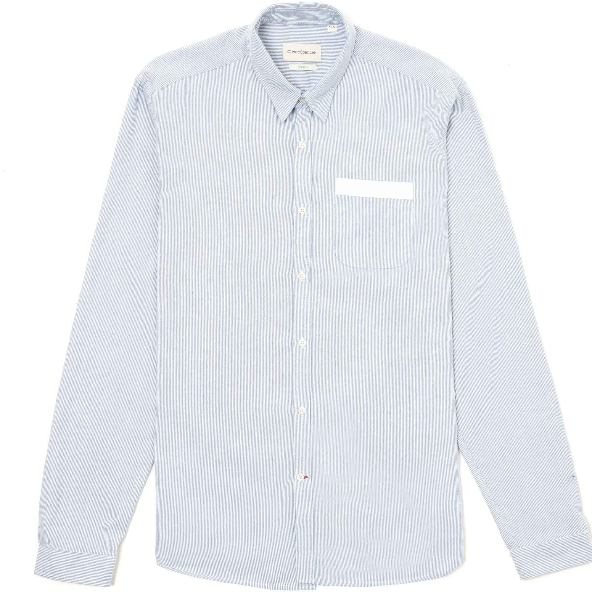 Camisa azul franja blanca en la bolsa