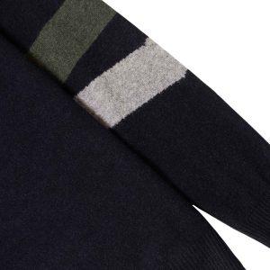 Suéter azul con mangas bicolor